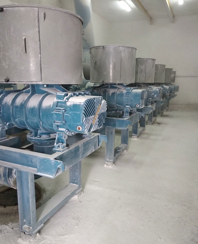 Въздуходувка за подаване на калциеви и варови материали в пещ с висока температура